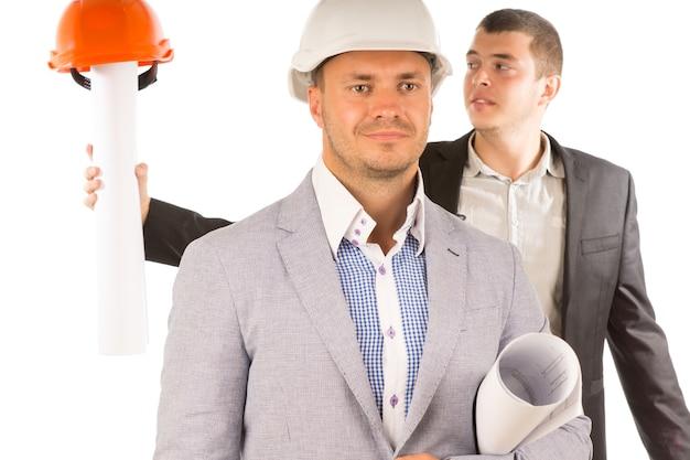 Primo piano ingegneri maschi di mezza età