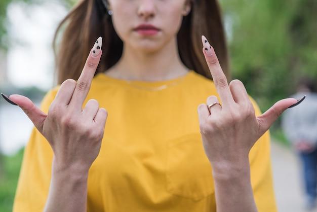 Primo piano del dito medio di una giovane e bella ragazza caucasica