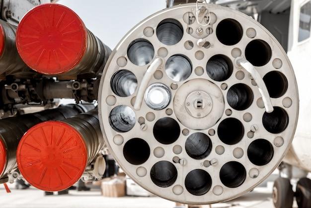 Primo piano dell'elicottero militare dotato di missili anticarro guidati e missili aerei.