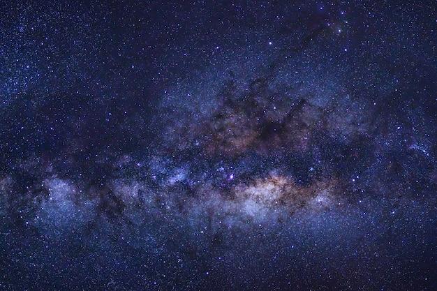 Primo piano della galassia via lattea con stelle e polvere spaziale nell'universo