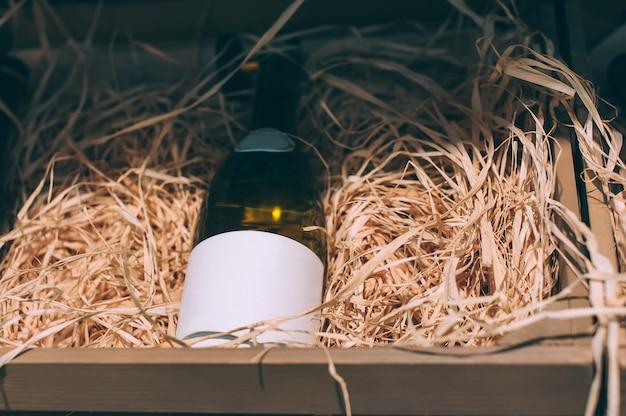 Close-up mock-up di una bottiglia di vino in un armadietto del vino.