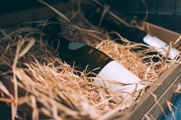 Vini mockup ravvicinati, di diverse varietà, in cantina.