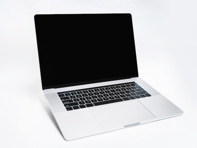Avvicinamento. laptop moderno su uno sfondo bianco. nuova tecnologia.