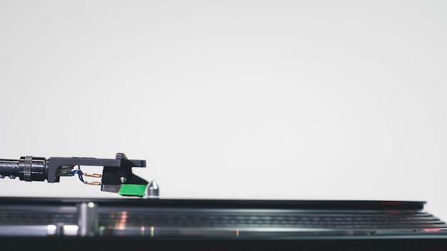 Primo piano del giradischi moderno giradischi in vinile con piatto di musica.