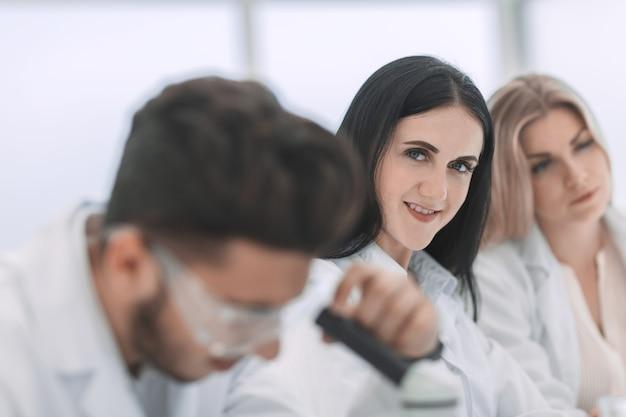 Close up.modern donna scienziato sul posto di lavoro in laboratorio. scienza e salute
