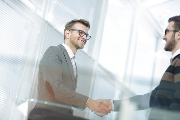 Primo piano. giovane moderno che stringe la mano con il manager.