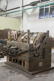 Primo piano di stampi, macchine e attrezzature per la produzione di fari automobilistici