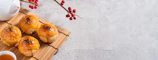 Primo piano di pasta di tuorlo di torta di luna, torta di luna per la festa di mid-autumn festival su sfondo grigio tavolo