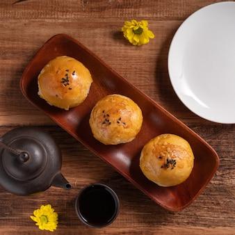 Primo piano di pasta di tuorlo di torta di luna, torta di luna per la festa di mid-autumn festival su sfondo di tavolo di legno