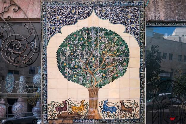 Primo piano del materiale illustrativo del mosaico da vendere al negozio di ricordo, gerusalemme, israele
