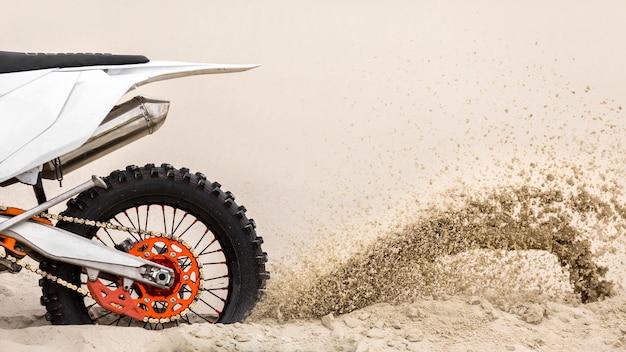 Motocicletta del primo piano che guida nel deserto