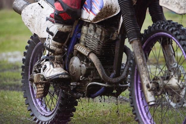 Primo piano del pilota di motocross seduto sulla bici sportiva durante la gara