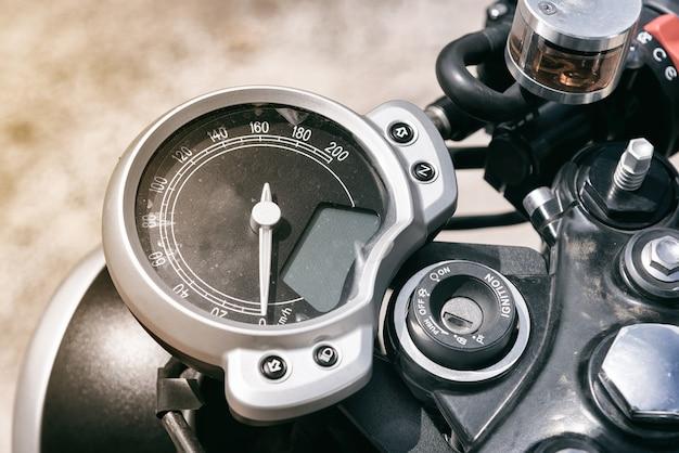 Chiuda sul tachimetro del motociclo.