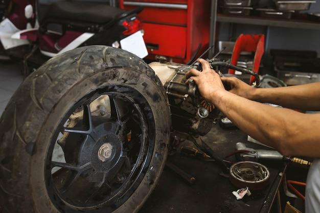 Primo piano di riparazione della ruota del motociclo