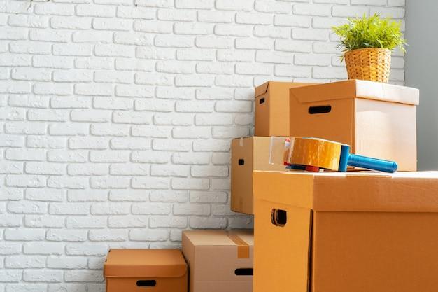 Primo piano di scatole di cartone in movimento in una stanza vuota