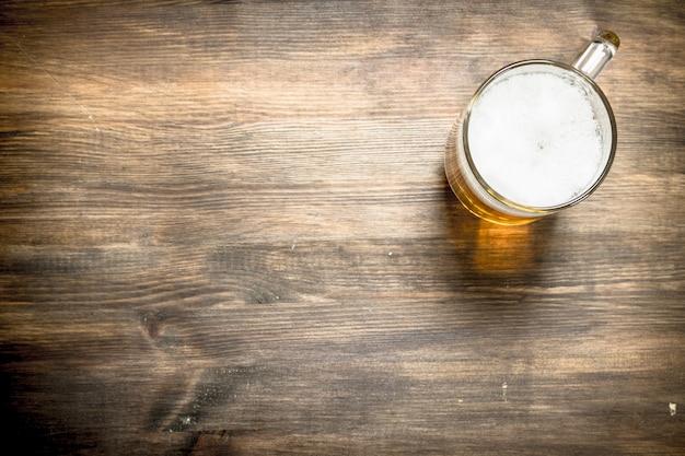 Primo piano sul boccale di birra fresca e deliziosa