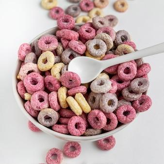 Close-up multicolore di cereali per la colazione con latte