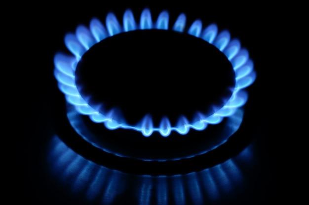 Close-up di gas naturale su uno sfondo scuro