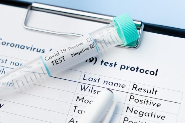 Chiudere la provetta covid-19 negativa e il protocollo del test medico.