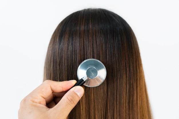 Primo piano di nervoso giovane donna asiatica con i suoi capelli danneggiati