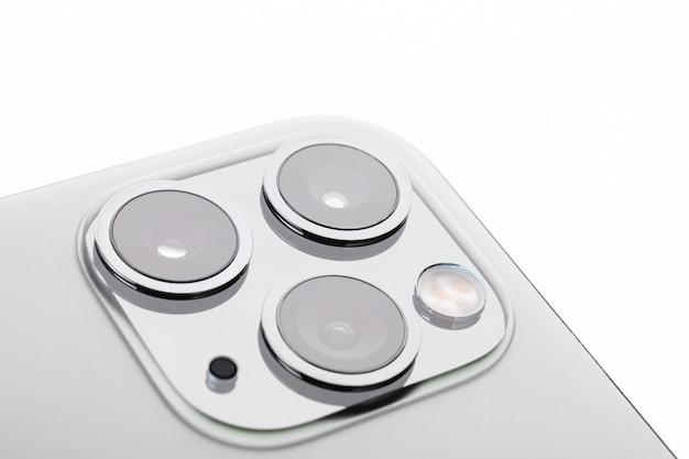 Primo piano del nuovo design a 3 fotocamere su smartphone grigio