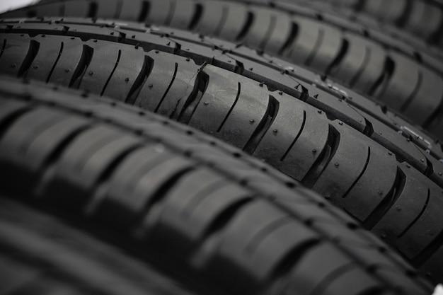 Primo piano nuova pelle del pneumatico dell'auto. il. concetto di guida dell'auto. concetto di guida sicura.