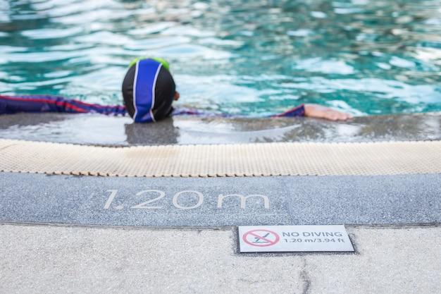 Chiuda in su nessun diving segno sul lato della piscina