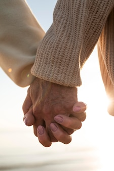 Primo piano di una vecchia coppia che si tiene per mano