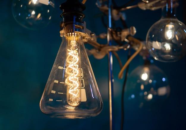 Primo piano sulla vecchia lampadina in una provetta