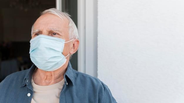 Maschera da portare dell'uomo anziano del primo piano