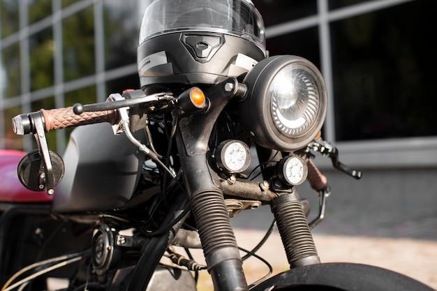 Vecchio faro del motociclo del primo piano