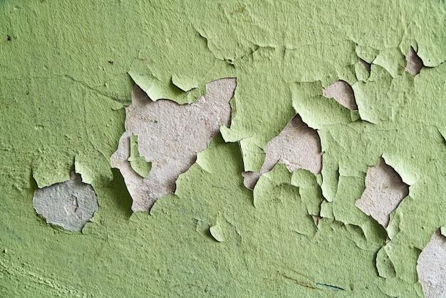 Primo piano di vecchie crepe in stucco sul muro.
