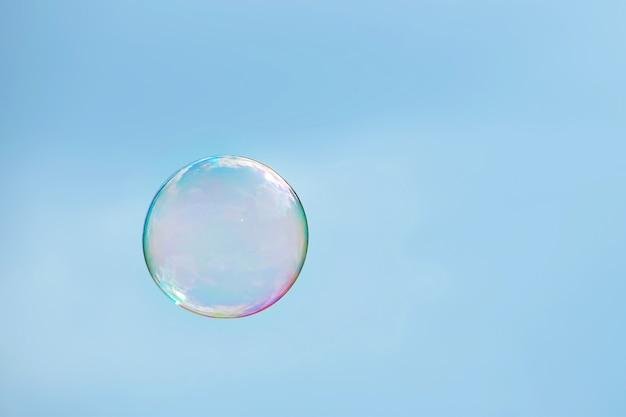 Chiudi una bolla di sapone multicolore su un cielo azzurro chiaro