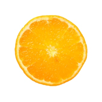 Chiudere una fetta rotonda sottile tagliata di arancia mandarino fresco, retroilluminato e isolato su sfondo bianco