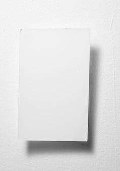 Chiudi una carta per appunti bianca su sfondo grigio