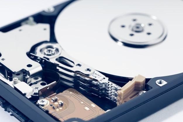 Primo piano dell'hdd dell'unità disco rigido aperta. archiviazione dati hardware del computer