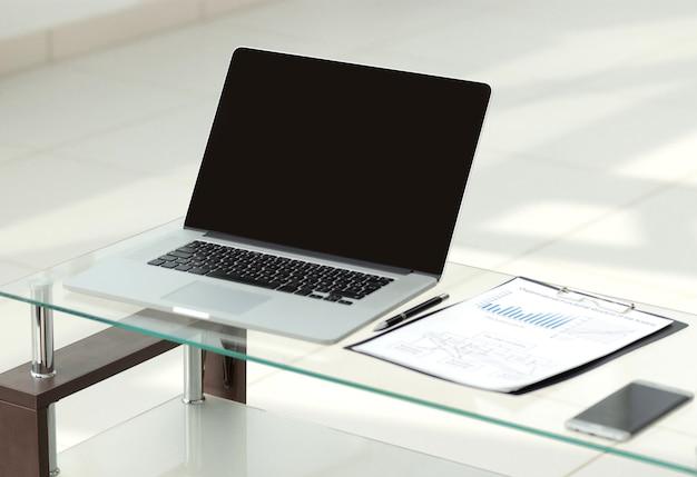 Avvicinamento. laptop aperto sulla scrivania dell'ufficio. persone e tecnologia
