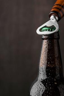Primo piano apri apertura birra