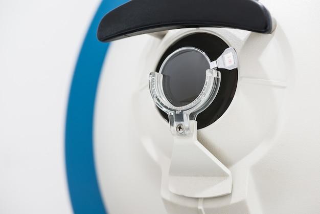 Primo piano dello scanner oftalmologico. moderne attrezzature mediche nell'ospedale oculistico. concetto di medicina