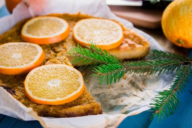 Primo piano torta arancione in carta da forno