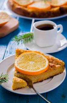 Primo piano torta arancione con una tazza di caffè
