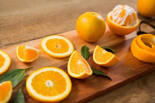 Primo piano delle arance sulla tavola di legno