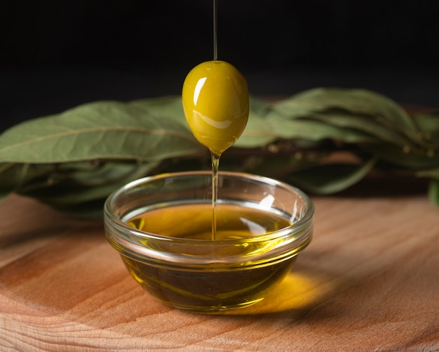 Close-up di olive e olio biologici