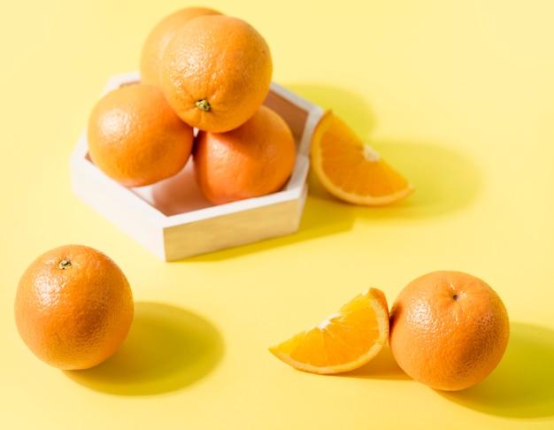 Arance organiche del primo piano sul tavolo