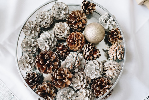 Primo piano di pigne nelle quali ornamentali su un piatto