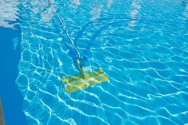 Primo piano della piscina all'aperto sott'acqua, pulizia del tubo a vuoto.