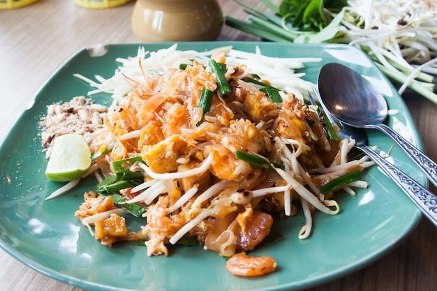 Primo piano di pad thai gamberetti, menù popolare tailandese