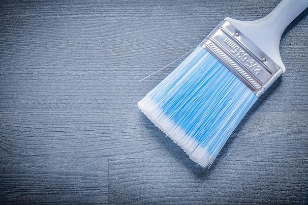 Primo piano pennello con setole blu e manico bianco.