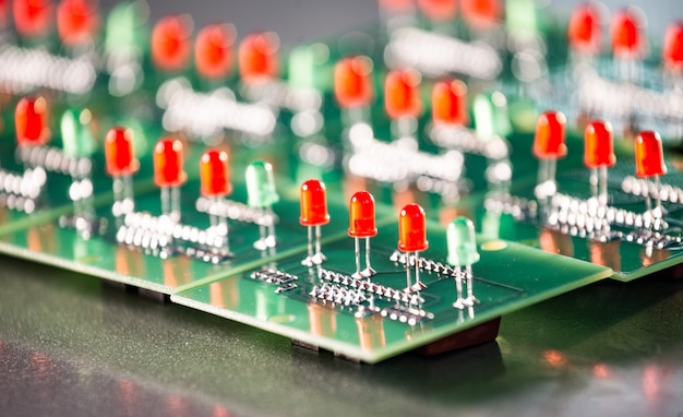 Primo piano di un pannello con indicatori di lampadine rosse e verdi su una complessa produzione di attrezzature militari. il concetto di una base militare o di una nuova produzione militare