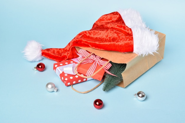 Close-up di un sacchetto di carta contenente decorazioni per il nuovo anno. preparazione per il nuovo anno e natale. saldi per le feste.